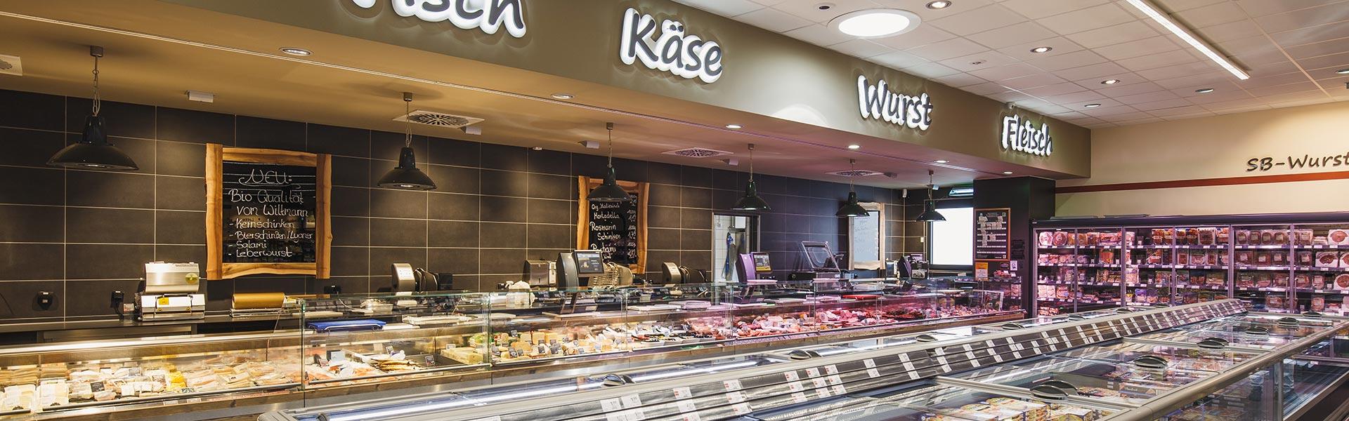 Fleisch, Wurst, Käse und Fisch an der Frischetheke